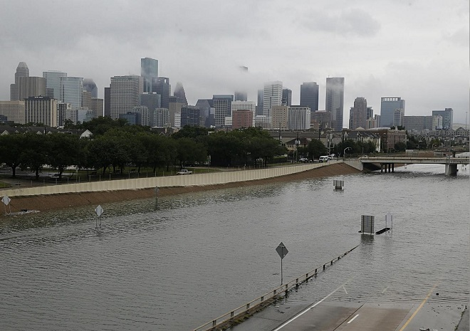 Siêu bão Harvey trút mưa nặng tới mức lún cả vỏ trái đất - 1