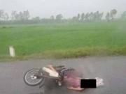 Tin tức trong ngày - Bị sét đánh giữa đường, mẹ tử vong, con trai nguy kịch