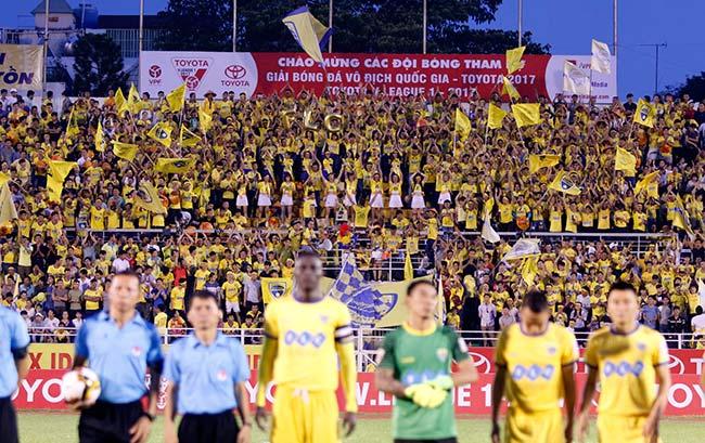 Sững sờ bóng đá Việt: CĐV Thanh Hoá mang gà vào cúng sân Thống Nhất