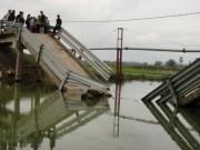 Sập cầu đang thi công, 3 người bị vùi lấp