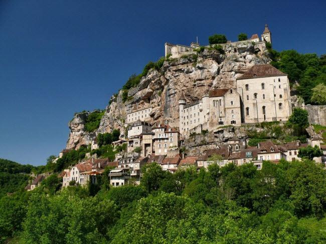 Vẻ đẹp ngoạn mục của ngôi làng cổ nằm cheo leo trên vách núi đá - 1