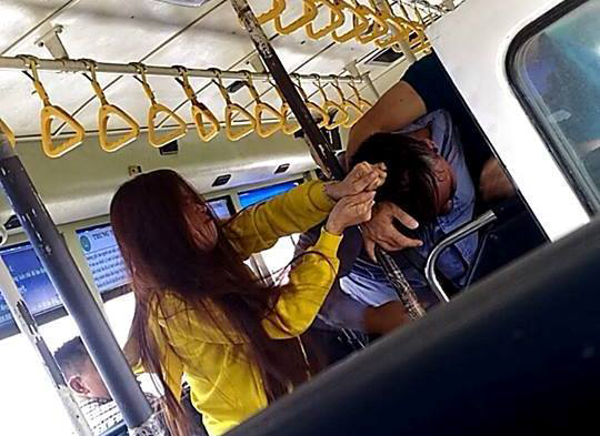 Tiếp viên và đôi nam nữ lao vào giật tóc, đấm nhau túi bụi trên xe buýt