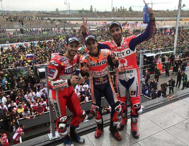 """Đua xe MotoGP: """"Hoàng tử"""" thống trị, hài hước cảnh dắt xe về đích 3"""