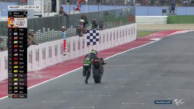 """Đua xe MotoGP: """"Hoàng tử"""" thống trị, hài hước cảnh dắt xe về đích 4"""
