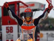 """Thể thao - Đua xe MotoGP: """"Hoàng tử"""" thống trị, hài hước cảnh dắt xe về đích"""