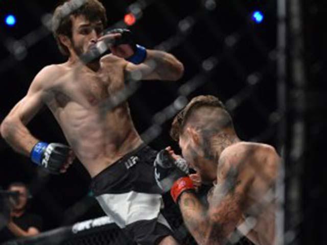 """UFC: """"Gấu Nga"""" tung đòn Muay Thái như bay, khóa cổ hạ đối thủ"""