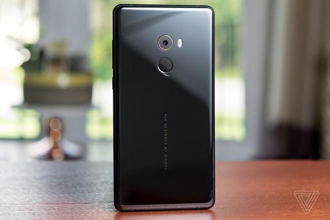 Mẫu smartphone mới Mi MIX 2 do Philippe Starck thiết kế - đây cũng là nhà thiết kế cho Mi MIX đời đầu. & nbsp;