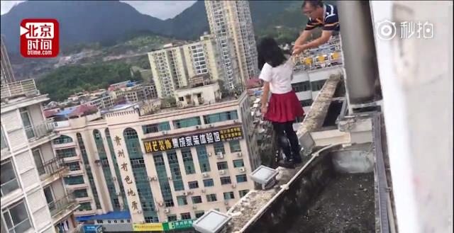 TQ: Nữ sinh sắp nhảy từ tầng 17, thầy giáo với tay túm áo - 1