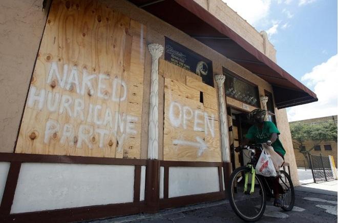 Cách ứng phó kì lạ của dân Mỹ với siêu bão Irma - 1