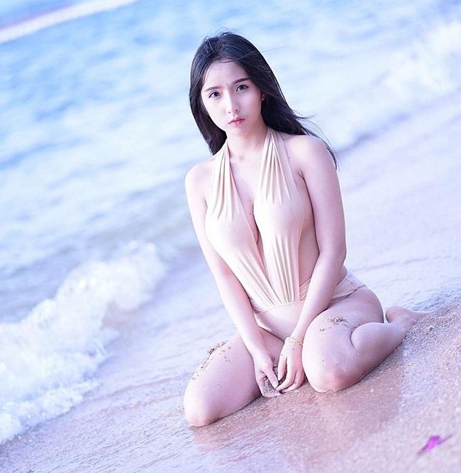 Ngoài những thiết kế 2 mảnh thông thường, bikini xẻ sâu màu nude cũng được ưa chuộng ở Thái Lan.