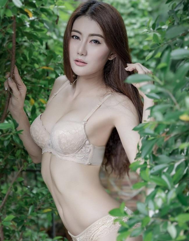 Người mẫu Parichart Buahem cũng mới tung bộ ảnh gợi cảm trong trang phục áo tắm.