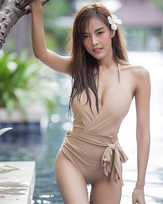 Người mẫu Noree Key Wijitra diện kiểu áo tắm có chất liệu vải dày hơn nhưng cũng rất gợi cảm.