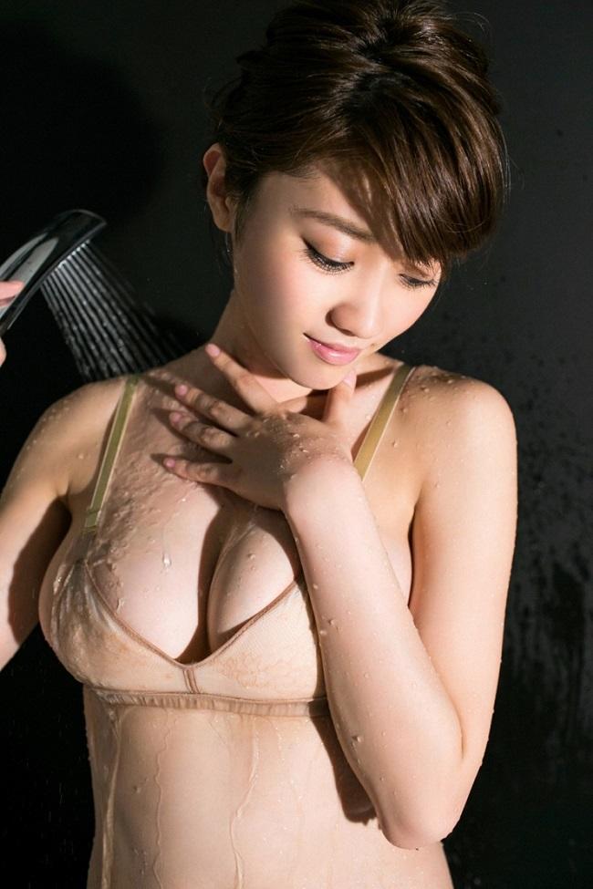 Người mẫu Nhật Bản Mikie Hara sexy với nội y bé xíu.