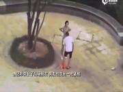 TQ: Cãi nhau với bạn trai, cô gái lột sạch đồ tại nơi công cộng