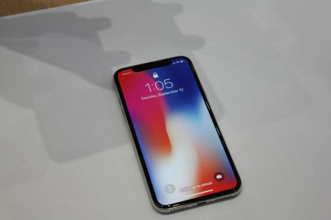 Màn hình OLED tràn viền của iPhone X.