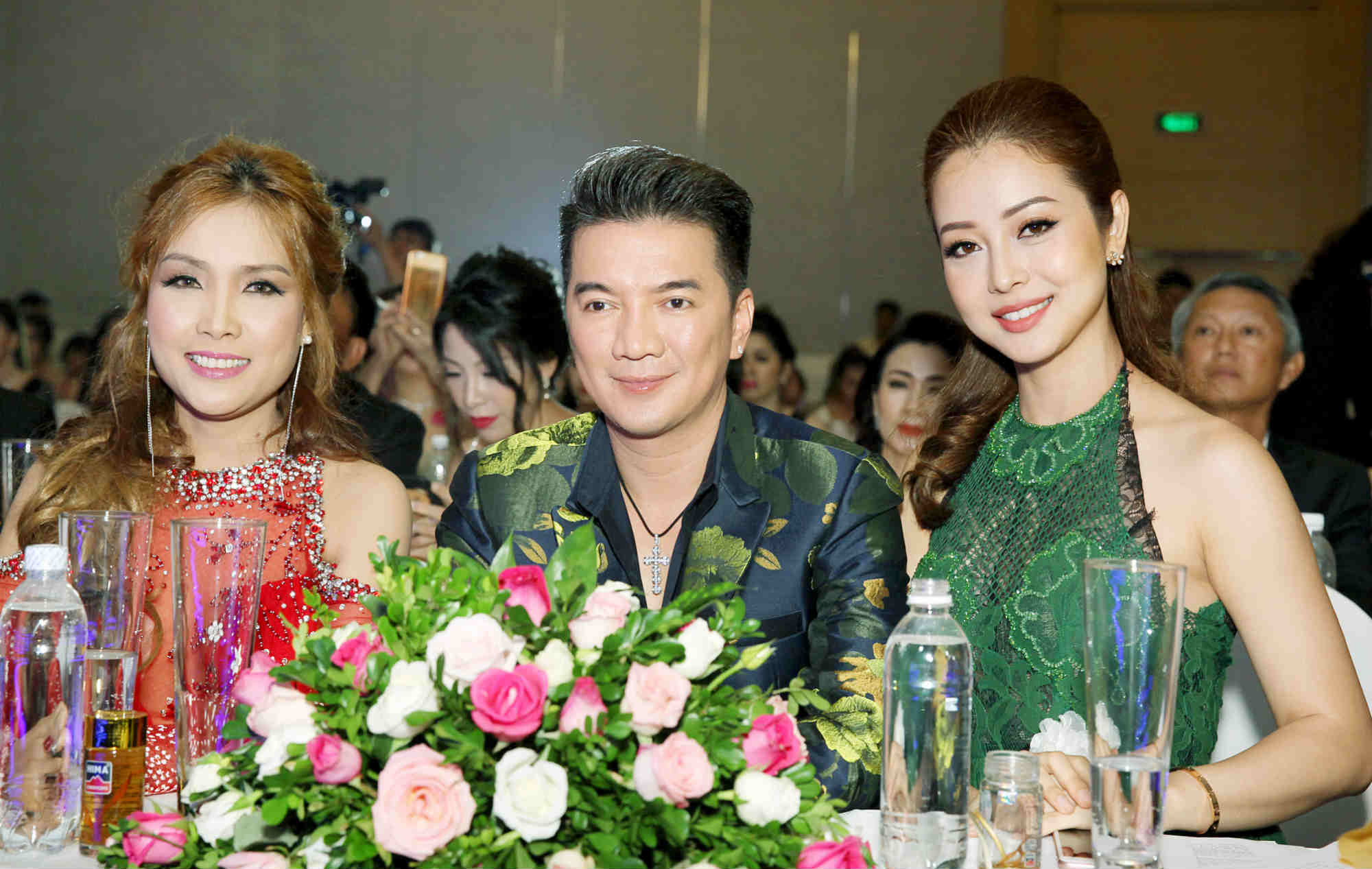 Hôn phu kém tuổi hộ tống Lâm Chí Khanh đi sự kiện - 4
