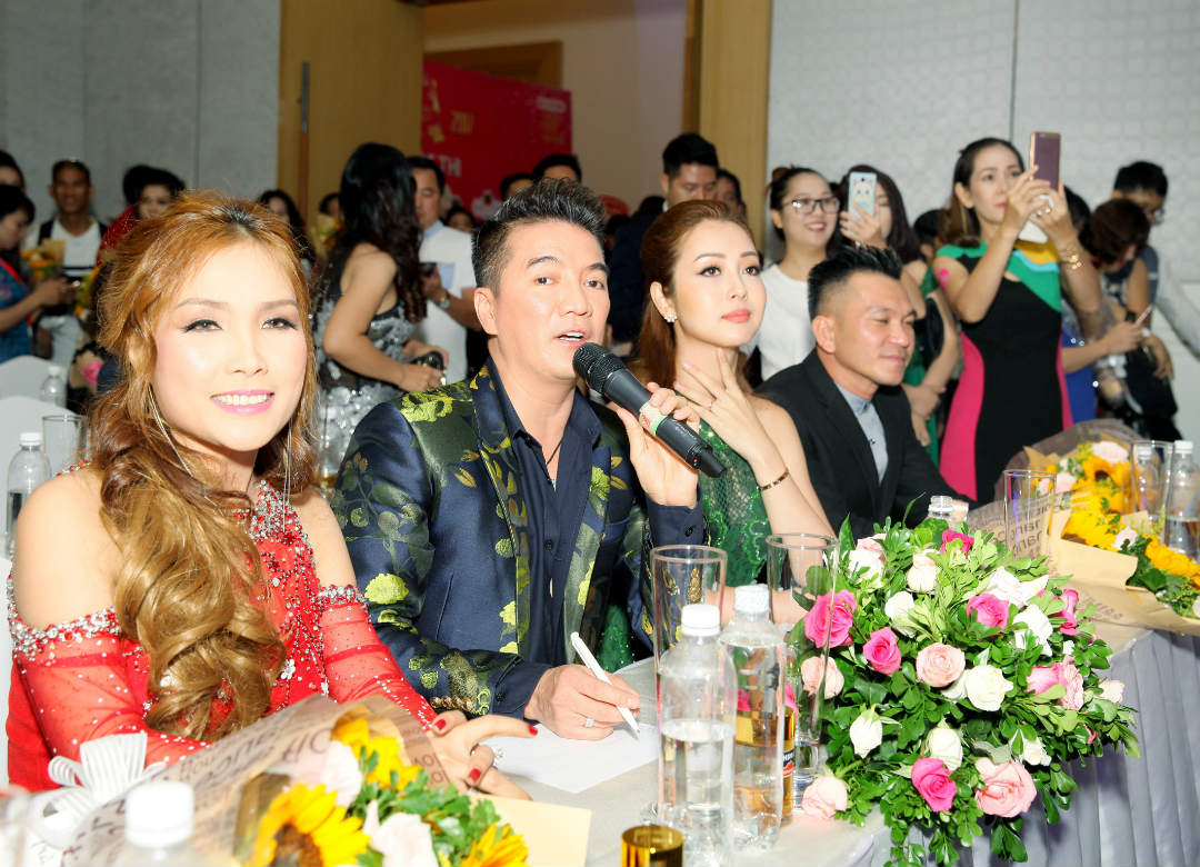 Hôn phu kém tuổi hộ tống Lâm Chí Khanh đi sự kiện - 5