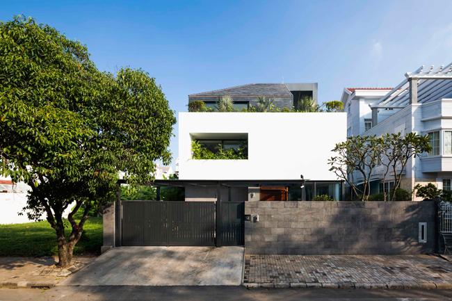 Nhà được xây 3 tầng, là tổ ấm của một cặp vợ chồng trẻ và 2 con nhỏ.