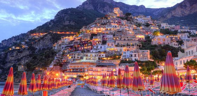 Positano, Italia: Từ những chiếc ô nhiều màu sắc trên bãi biển và khu vườn xanh mướt cho tới các ngôi nhà màu trắng trên vách núi nhìn xuống biển, địa điểm dọc bờ biển Amalfi là nơi gần nhất du khách có thể tìm thấy thiên đường.