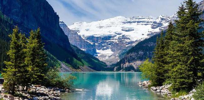 Alberta, Canada: Trong vườn quốc gia Banff, du khách có thể ngắm hồ Louise với nước trong xanh & nbsp; và được bao quanh bởi dãy núi Rocky đầy tuyết phủ.