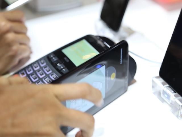 """Samsung """"hô biến"""" smartphone thành thẻ ATM để quẹt máy POS tại VN"""
