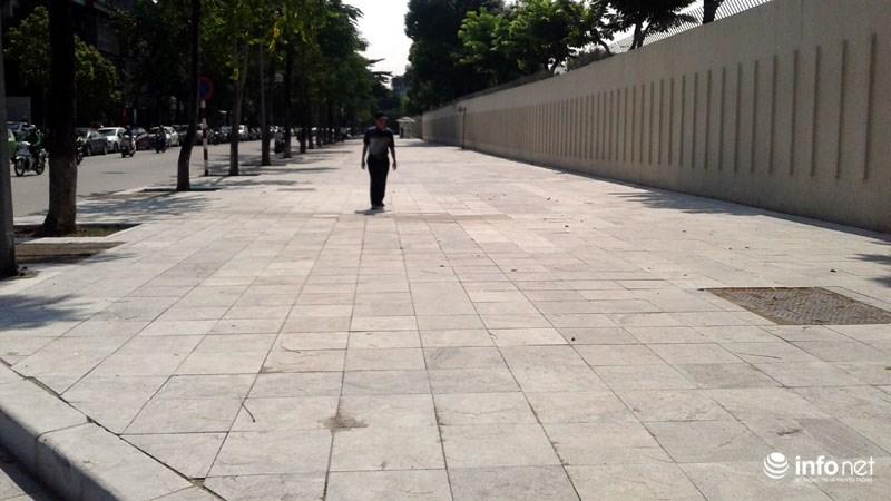 Hà Nội: Công trình lát đá vỉa hè mới làm xong đã nát bét - 12