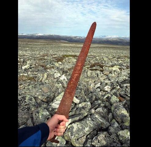 Na Uy: Đi săn tuần lộc vớ được kiếm cổ 1.100 năm tuổi - 1