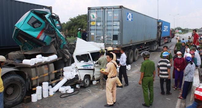 """3 xe container đâm nhau tại dốc cầu """"chết chóc"""" ở Sài Gòn - ảnh 3"""