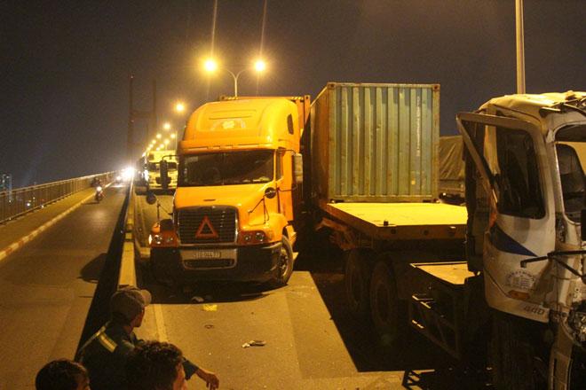 """3 xe container đâm nhau tại dốc cầu """"chết chóc"""" ở Sài Gòn - ảnh 2"""