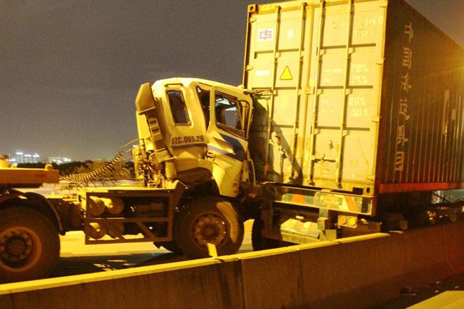 """3 xe container đâm nhau tại dốc cầu """"chết chóc"""" ở Sài Gòn"""