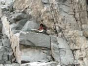 Thanh niên  luyện công  trên vách đá, hàng chục người đứng xem
