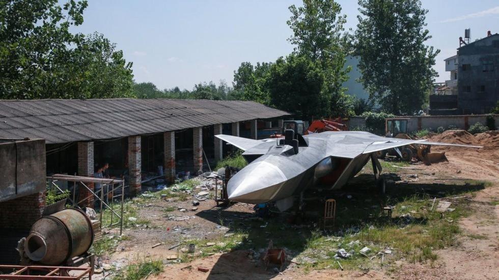 TQ: Nông dân thiết kế mô hình chiến đấu cơ J-20 - ảnh 1