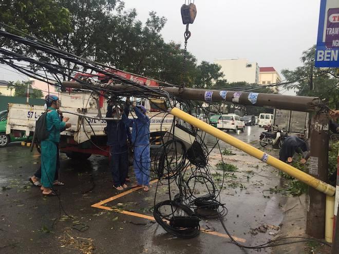 Bão số 10 bất ngờ gây mưa lớn, cây đổ, đường ngập ở TP.HCM - 1