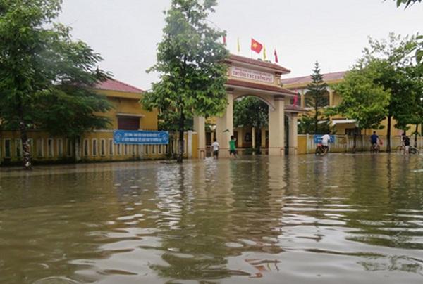 Quảng Bình: Chủ động cho học sinh nghỉ học để phòng tránh bão số 10 - ảnh 1