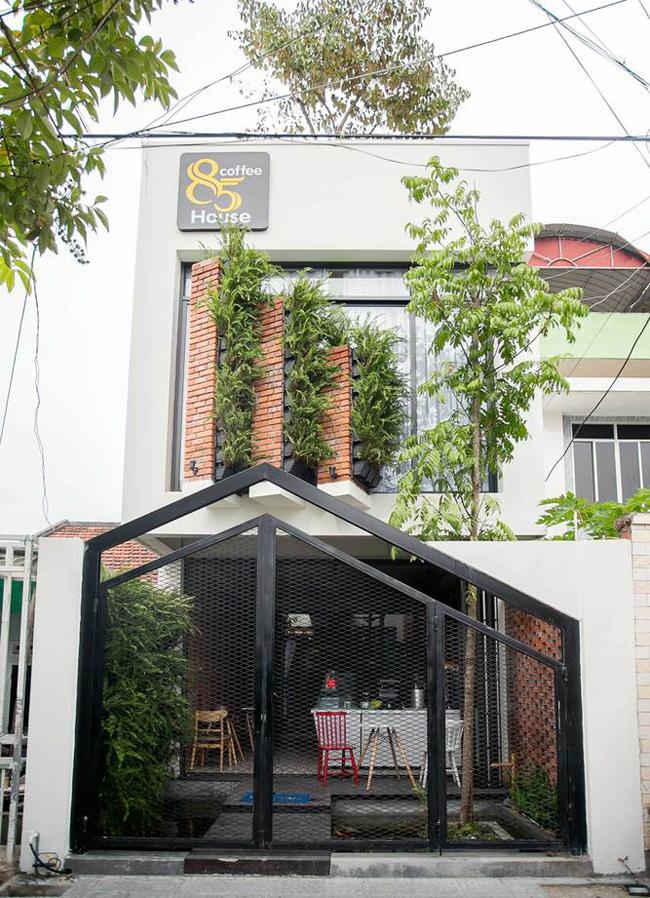 Ngôi nhà ống có vẻ ngoài đặc biệt nổi bật này nằm trên một con phố nhỏ thuộc quận Sơn Trà, Thành phố Đà Nẵng.