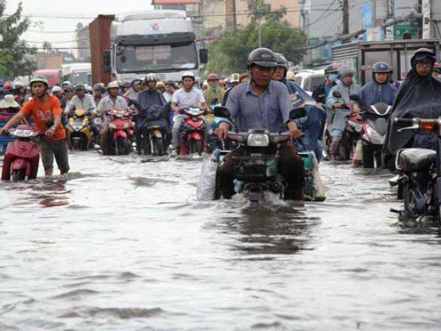 Flycam: Toàn cảnh ngập nước, kẹt xe ở Đồng Nai do ảnh hưởng của bão số 10 - 2