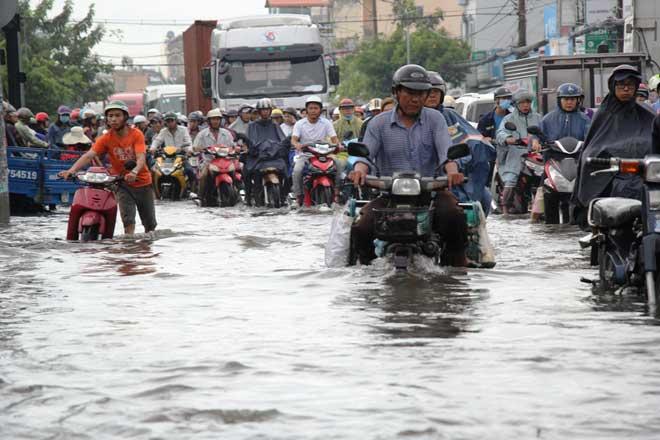 """Bão số 10 khiến đường Sài Gòn ngập sâu, Biên Hòa thành """"sông"""""""