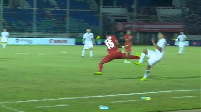 Những cú kungfu rợn người: Từ SAO ngoại hạng Anh tới cầu thủ U18 Việt Nam 4