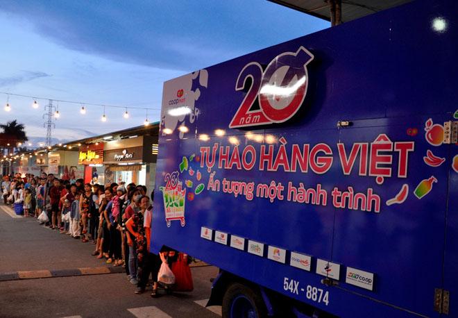 Hơn 20.000 lượt người dân xếp hàng ủng hộ hàng Việt - 1