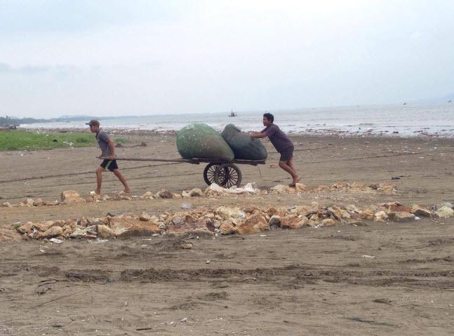 Cận cảnh người dân vùng tâm bão chạy đua với bão số 10 - 8