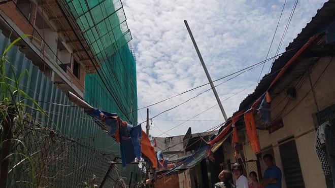 Hai chị em điếng người khi bê tông xuyên thủng mái nhà - 2