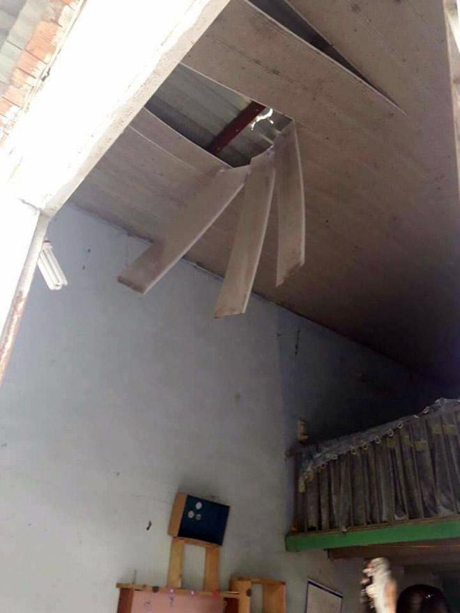 Hai chị em điếng người khi bê tông xuyên thủng mái nhà - 1