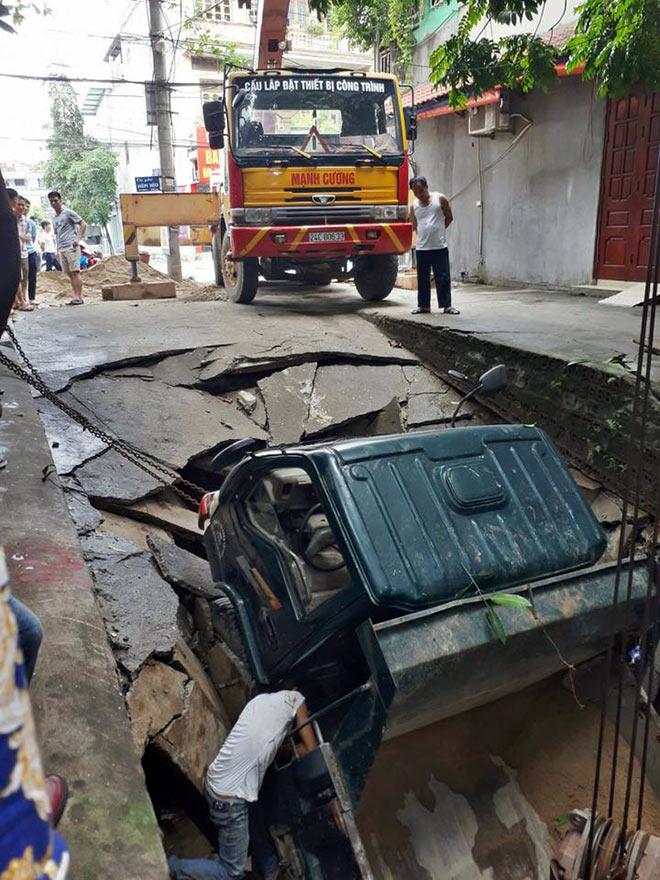 """Sốc: Hố tử thần """"nuốt chửng"""" xe tải ở Lào Cai - 2"""