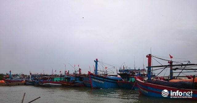 Siêu bão số 10 áp sát đất liền: Toàn bộ học sinh Quảng Trị, Huế nghỉ học - ảnh 3