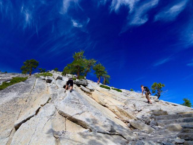 Half Dome, bang California, Mỹ: Hơn 60 người đã thiệt & nbsp;mạng dọc tuyết đường chinh phục khối đá Half Dome. Các trường hợp tử vong phần lớn xảy ra khi bề mặt đá ướt do trời mưa. Mặc dù dây cáp thép được lắp đặt để hỗ trợ người leo núi, nhưng mưa khiến nền đường cực kỳ trơn trượt.
