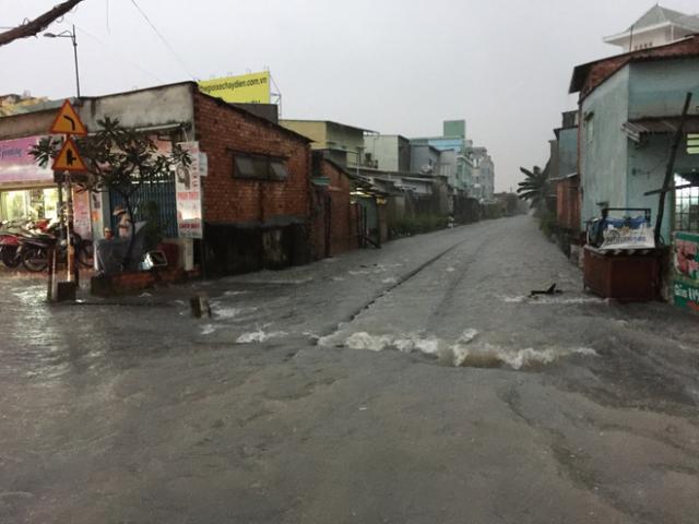 Bản tin thời tiết 21h30: Bão số 10 tiệm cận mức thảm họa, áp sát bờ biển miền Trung - 2