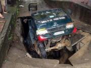 Sốc: Hố tử thần  nuốt chửng  xe tải ở Lào Cai
