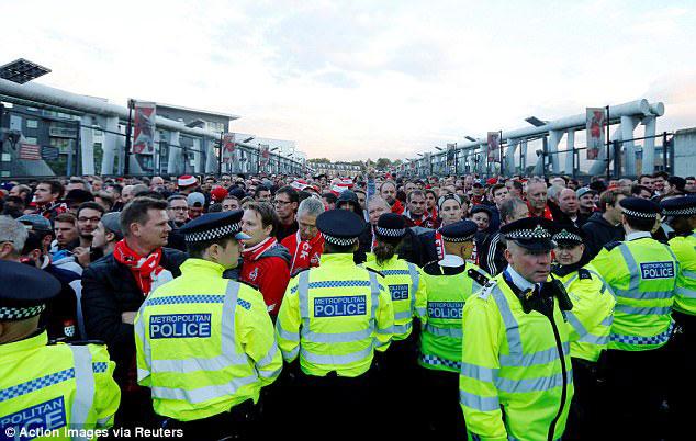 Fan quá khích Cologne làm loạn dọa Arsenal, thành London thất thủ - 9