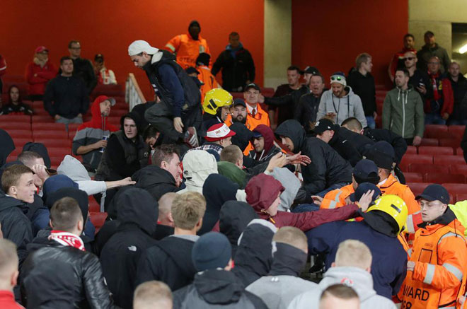 Fan quá khích Cologne làm loạn dọa Arsenal, thành London thất thủ - 12