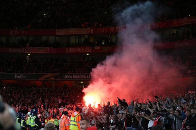 Fan quá khích Cologne làm loạn dọa Arsenal, thành London thất thủ - 11